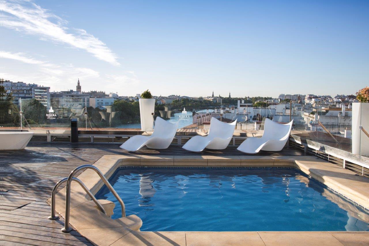 Hoteles con piscina en sevilla hotel ribera de triana for Piscinas abiertas en sevilla